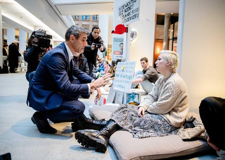 Paul Blokhuis in gesprek met Charlotte Bouwman op het ministerie van VWS. Beeld ANP