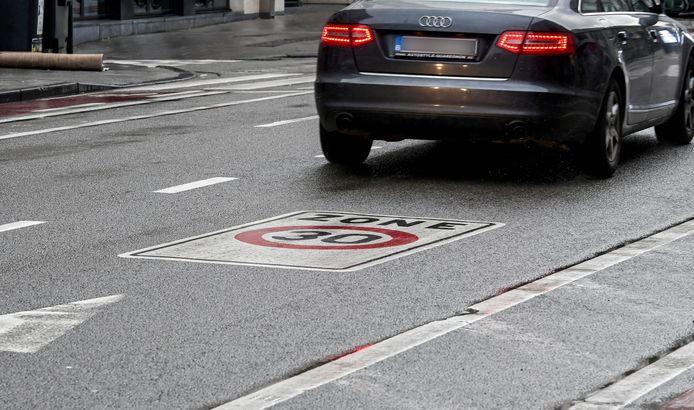 Concrètement, la limite de 30km/h deviendra la règle de base dans les 19 communes bruxelloises. Des panneaux 50km/h, et plus rarement 70 km/h, indiqueront clairement les voiries qui y feront exception.