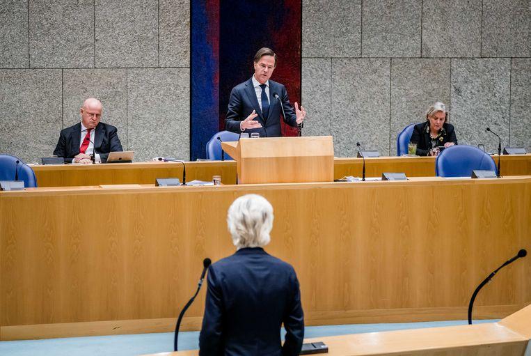 Geert Wilders, die eerder luidkeels opriep om het leger in te zetten, tijdens het Kamerdebat over de rellen tegenover 'Vak K': minister van Justitie en Veiligheid Grapperhaus, premier Rutte en minister van Defensie Bijleveld. Beeld ANP