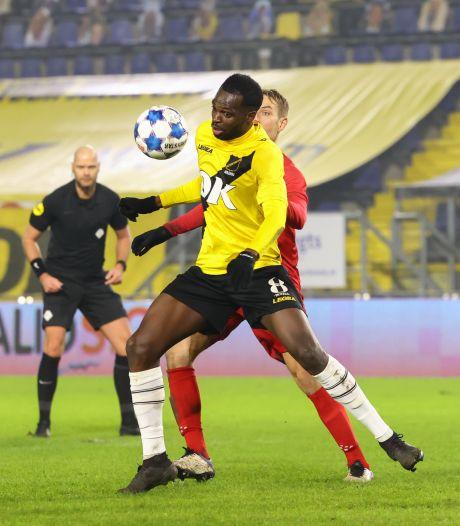 NAC-gokje Adiléhou valt als pure verdediger in de smaak: 'Als hij een spits moet uitschakelen, kan je hem prima om een boodschap sturen'