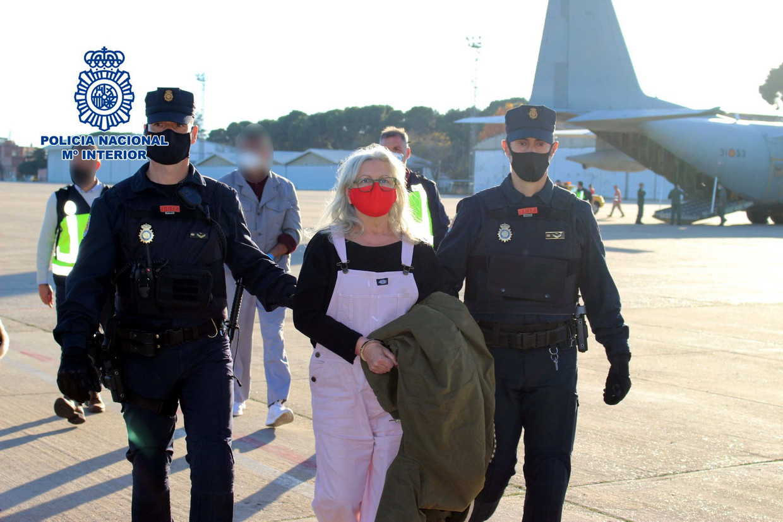 Spaanse agenten brengen Jaione Jáuregui naar de gevangenis. Beeld EPA