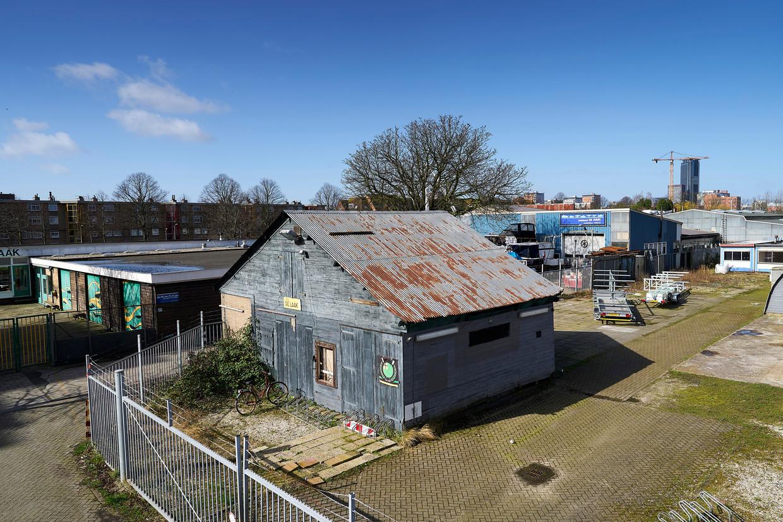 Een oud gebouwtje van roeivereniging De Laak, in de Haagse wijk Binckhorst. Daar praten bewoners mee over de nieuwe woonwijk.