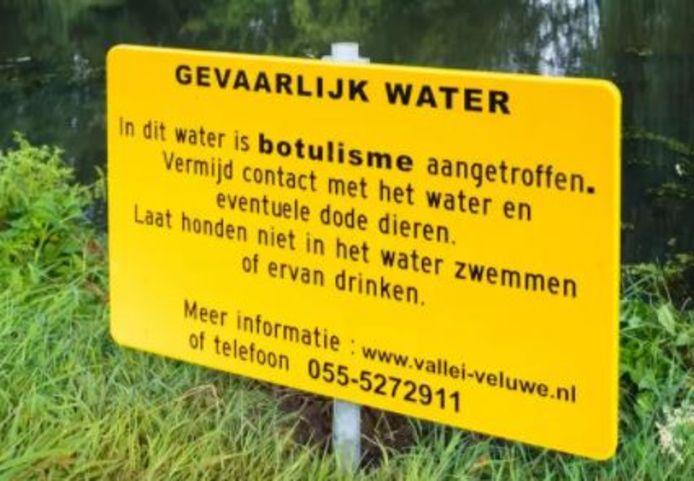 Met deze borden waarschuwt het waterschap Vallei en Veluwe voor botulisme.