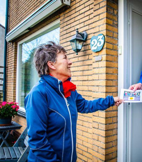 Vrijwilligers helpen eenzame ouderen de winter door en gaan langs deuren voor praatje: 'Een flinke klus, ja'
