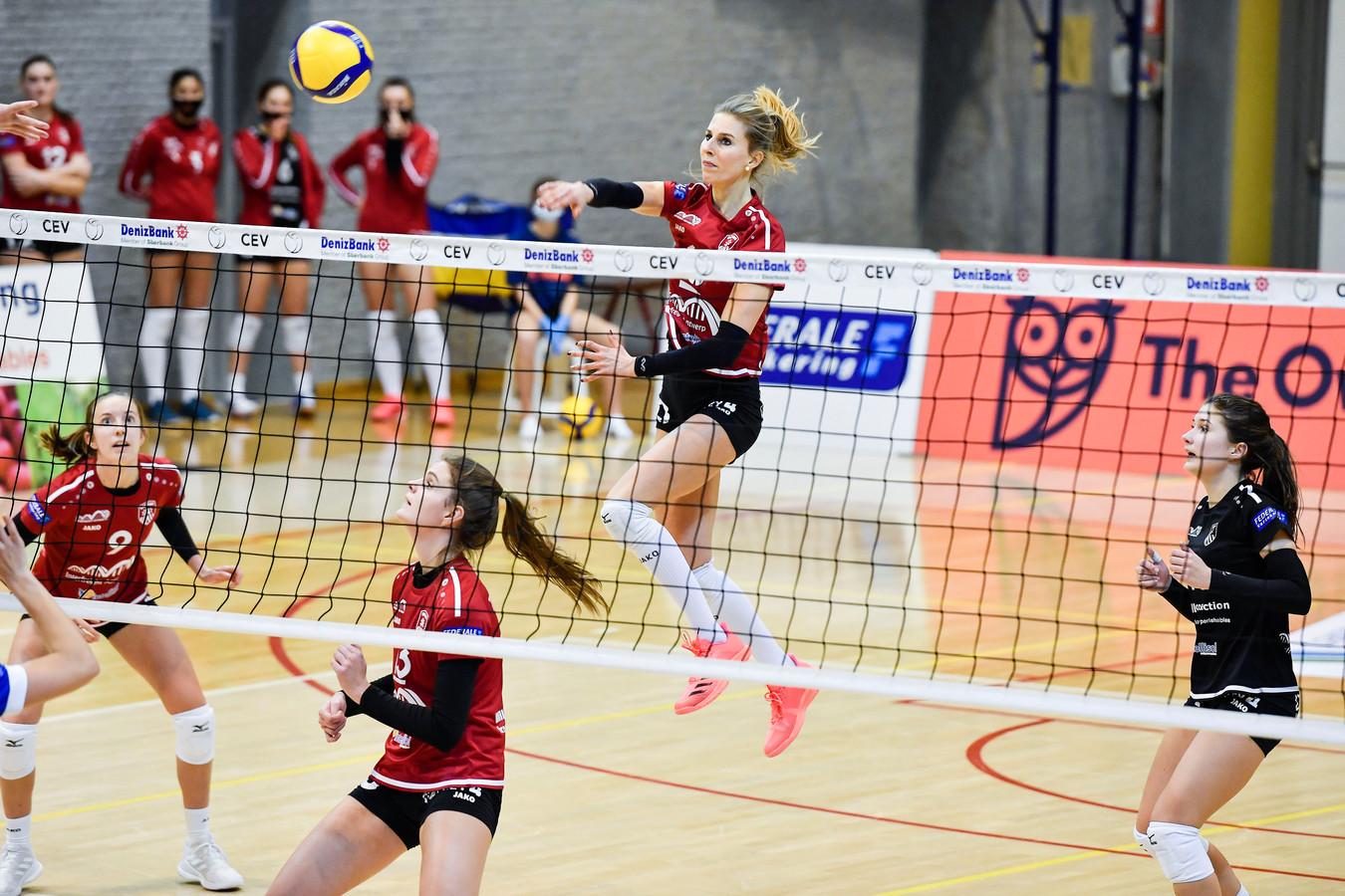 Sarah Cools (10) outstanding en heersend in de lucht zette een verbluffende prestatie neer tegen VDK Gent.