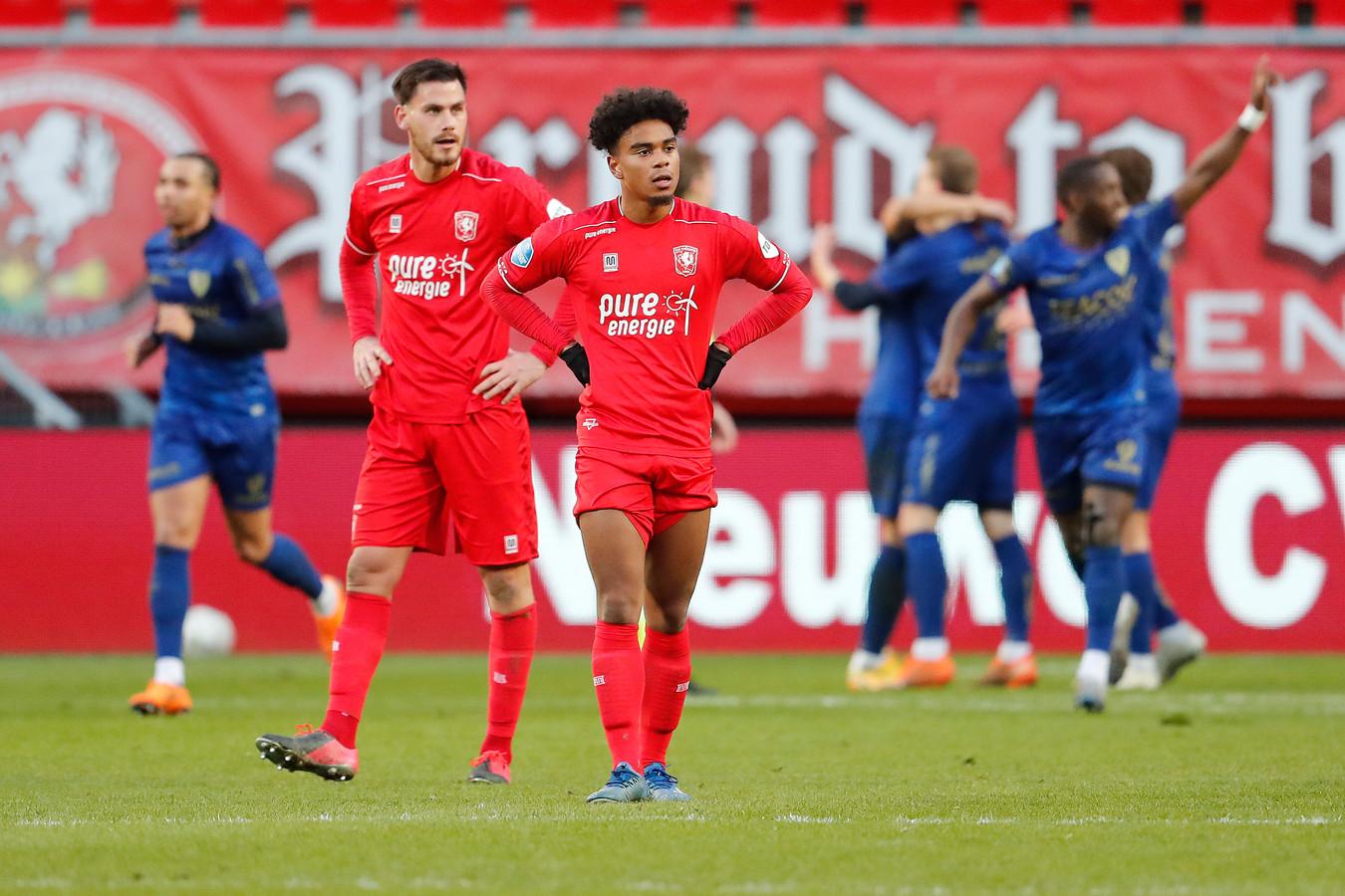 Spelers van Twente balen na de tegentreffer.