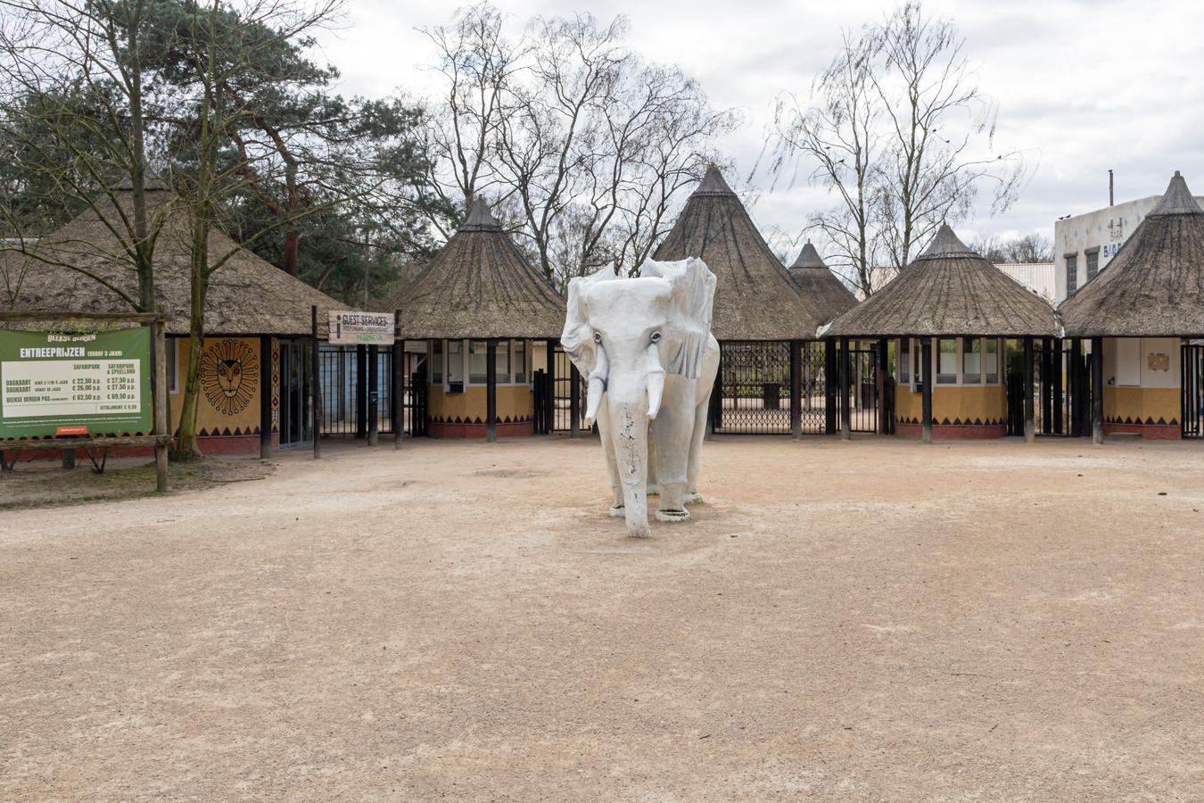 Sinds de coronamaatregelen van kracht zijn is de ingang van Safaripark Beekse Bergen verlaten.