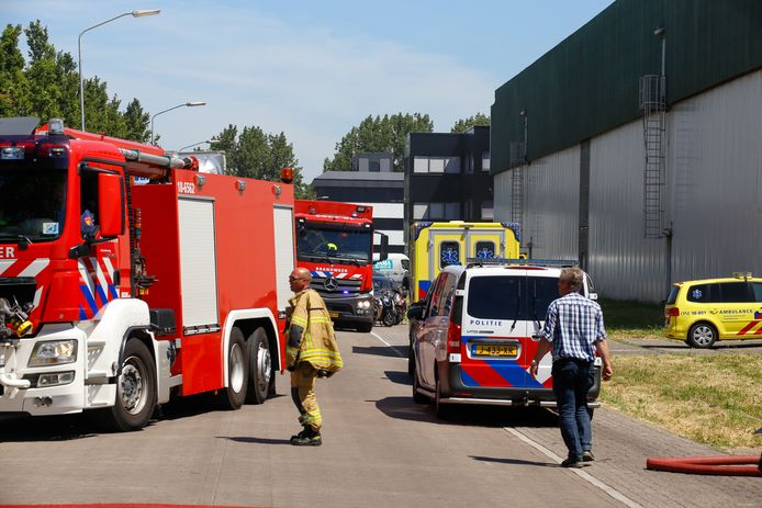 De brandweer is met veel materieel uitgerukt naar de brand op het industrieterrein in Zwijndrecht.