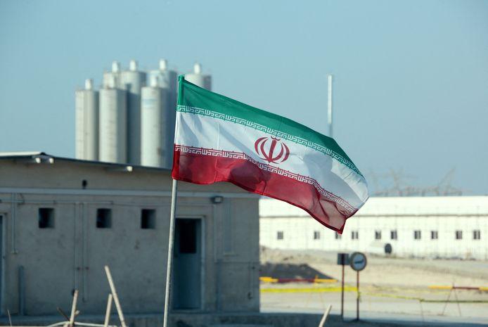Een Iraanse vlag bij een kernreactor in het land.