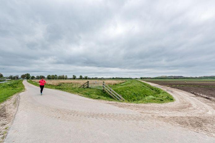 Vathorst-West is nu nog landelijk gebied. Rechts in de verte de vuilnisberg van Smink, links rukt Vathorst op.
