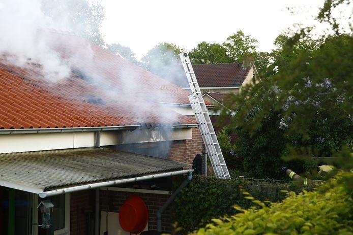 Bij de brand in Elburg kwam korte tijd veel rook vrij.