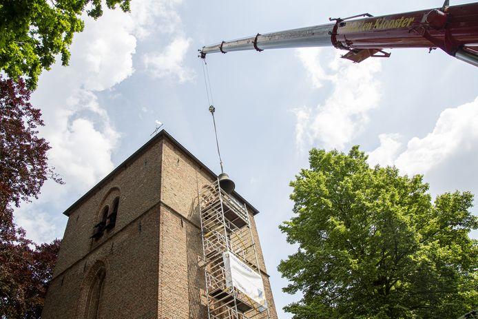 Voorzichtig werden op 10 juni de drie klokken van 'n Oalen Griezen uit de toren getakeld. Vier maanden later, op 18 oktober, zijn ze terug in Hellendoorn en beieren dan als vanouds in de dorpskom.