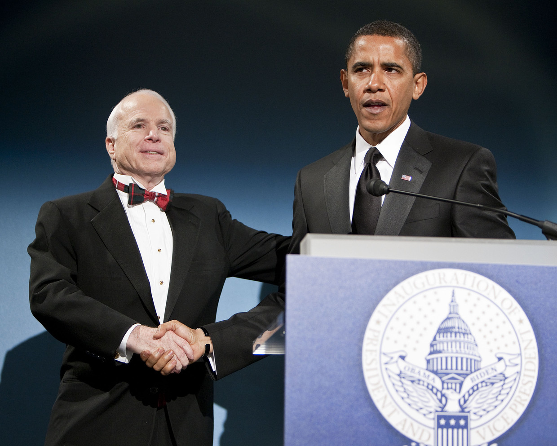 Barack Obama met zijn Republikeinse rivaal John McCain. Beeld BELGAIMAGE
