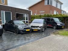 Vrouw trapt op gaspedaal in plaats van rem in Lelystad en beschadigt twee geparkeerde auto's