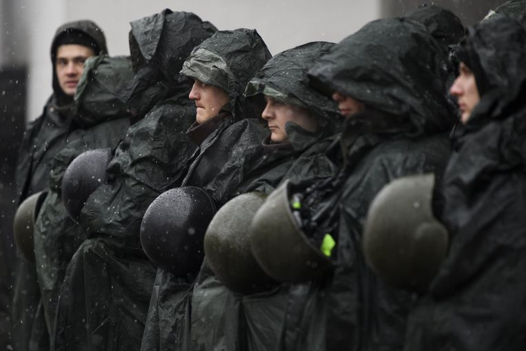 Agenten bewaken het parlementsgebouw in Kiev, twee dagen nadat demonstranten tussen Michael Saakasjvili en de veiligheidsdiensten kwamen die hem op wilden pakken. Beeld Photo News