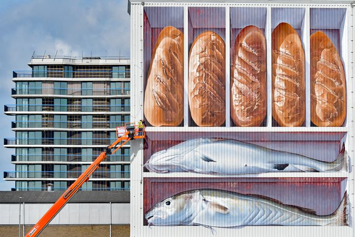 De eerste werkzaamheden om het kunstwerk van Johnny Beerens in de haven van Breskens te verwijderen.