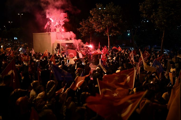 Op het Taksimplein in Instanbul wordt gereageerd op de verkiezingsuitslag.