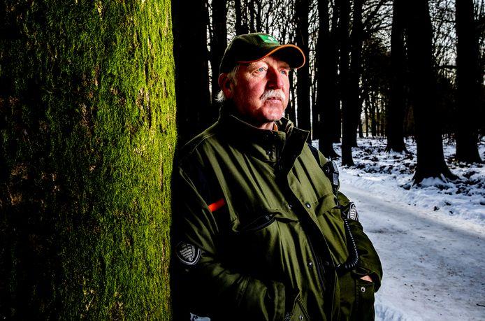 Boswachter Andries Jansen van Staatsbosbeheer is toezichthouder in de Veluwse bossen, hij waakt deze koude periode extra scherp of wandelaars en fietsers wel op de paden blijven en hun honden aangelijnd houden, zodat ze het door de kou kwetsbaardere wild niet opjagen.
