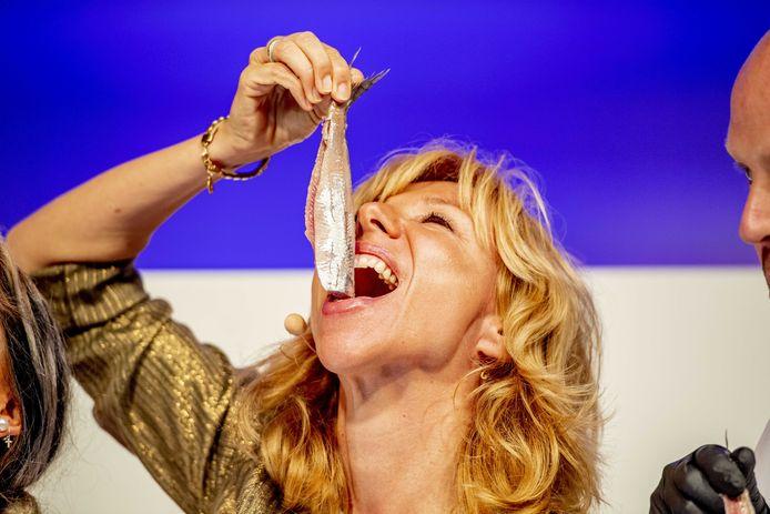 Claudia de Breij bij de veiling van het eerste vaatje Hollandse Nieuwe haring tijdens de traditionele start van het haringseizoen. De opbrengst van het eerste vaatje gaat naar Stichting Mag Ik Dan Bij Jou.