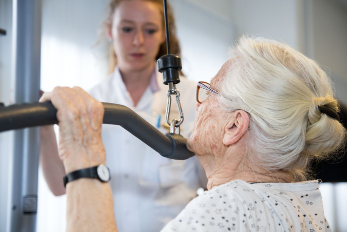 Een oudere darmkanker-patiënte traint in het MMC ter voorbereiding op haar operatie.