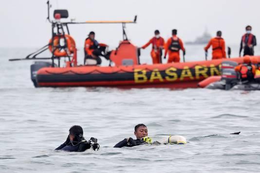 Enkele uren later vonden duikers ook brokstukken en onderdelen met daarop het registratienummer van het vliegtuig.