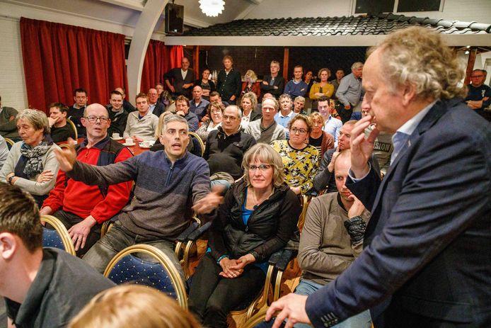 Wanneperveen ziet het beoogde Zonneveld Brugjesgracht niet zitten. Henk Bleker, voormalig staatssecretaris van Landbouw en tegenwoordig mededirecteur van ontwikkelaar PowerField, luistert aandachtig.