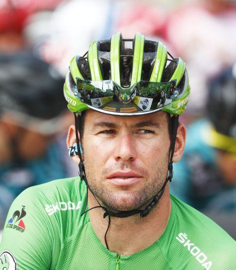 Mark Cavendish zet helm af bij monument voor overleden Tom Simpson