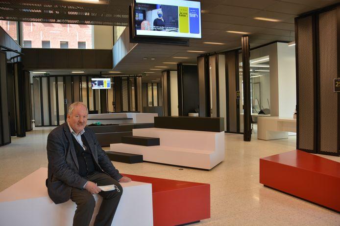 Burgemeester Marc Van de Vijver in de centrale dienstenmarkt, het hart van het nieuwe gemeentehuis.