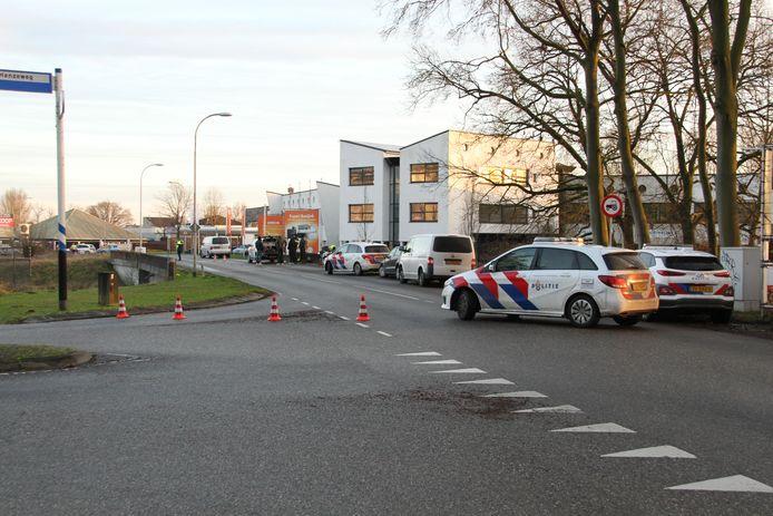 De plek waar het lichaam in de Berkel werd gevonden, werd door de politie ruim afgezet.