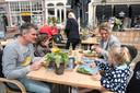 """Bastiaan en Floor Krips uit Utrecht samen met hun kinderen Feline (l) en Lize op het terras van Hector in Zierikzee. ,,We hebben alles besteld. Wijn en kroketten, alles wat normaal gesproken thuis niet mag"""", zegt Floor."""
