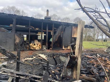 Eerbeker ziet zelfgemaakte schuur in vlammen opgaan en verliest zijn 14 kippen: 'Dit is een drama'