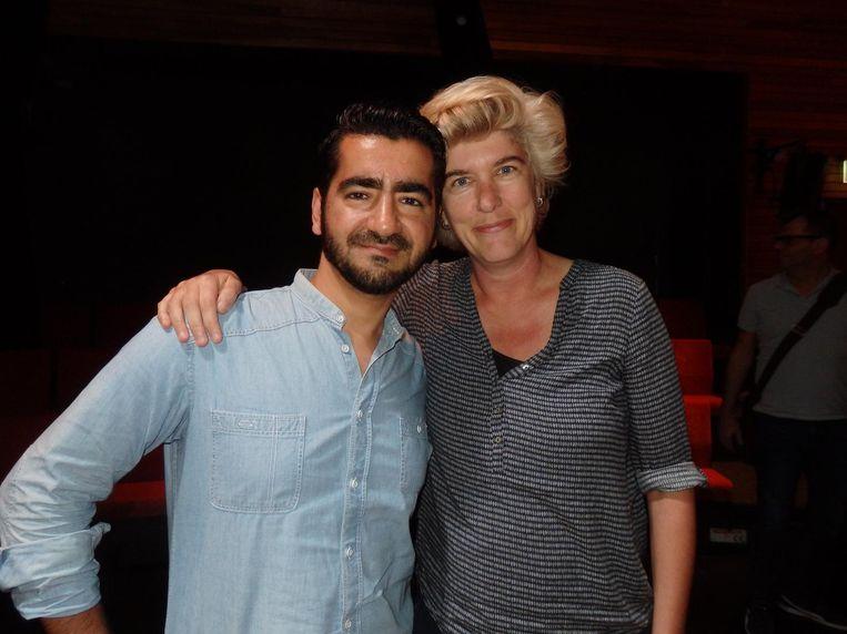 Schrijver Murat Isik, een echte Bijlmer boy, leest voor uit zijn roman over de Bijlmer: Wees onzichtbaar. Met Daphne de Heer (SLAA) Beeld Schuim