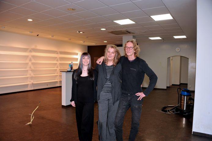 Vanaf links beoogd opvolger Amy Romijn met 'nJoy Chocolate-eigenaren Corinne Vermeij en Jan Somers.