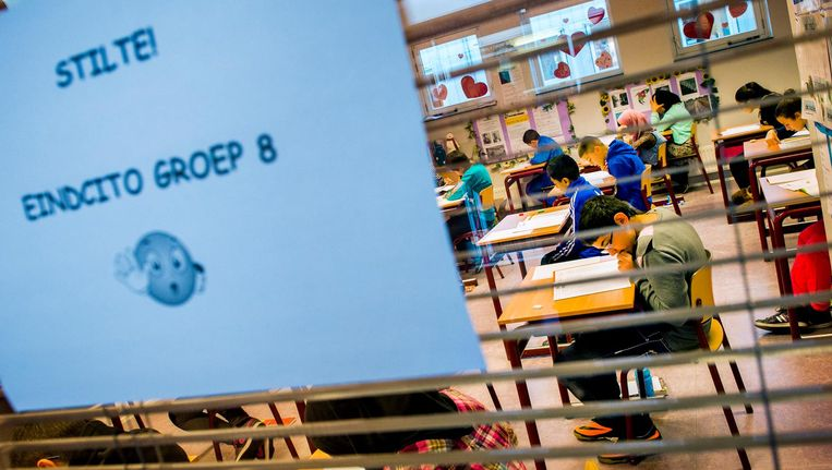 Leerlingen van de Prinses Marijkeschool buigen zich over de opgaven van de Cito-toets. Beeld anp
