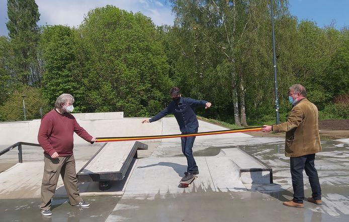 Minister Benjamin Dalle (CD&V) opent - al skatend - het vernieuwde skateplein.