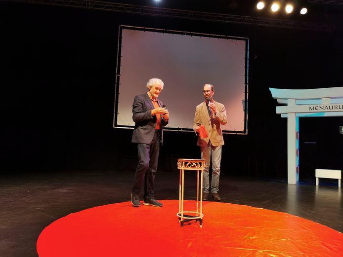 Theo Fentrop (links)  krijgt de Hertog Jan, rechts ceremoniemeester gedeputeerde Henri Swinkels
