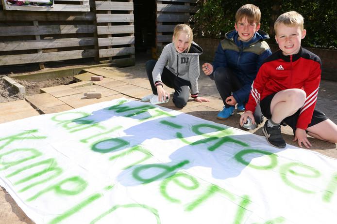 Linsay, Kevin en Wessel maken alvast een spandoek voor 'kampioen Wit-Groen'.
