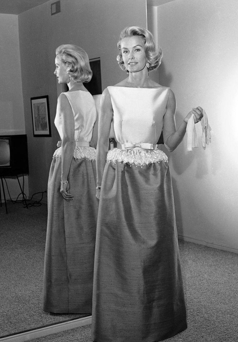Dina Merrill showt in 1962 de jurk waarmee ze naar de Oscar-uitreiking van dat jaar zal gaan. Beeld AP