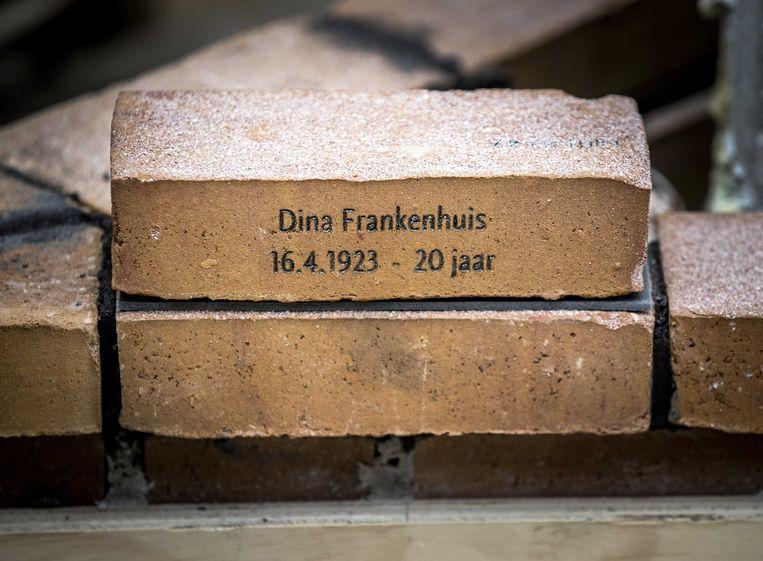 De eerste herdenkingssteen, gelegd door Jacqueline van Maarssen, jeugdvriendin van Anne Frank, bij het Nationaal Holocaust Namenmonument.  Beeld ANP