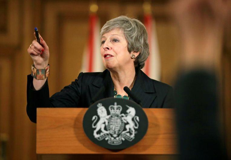 Met de onwrikbare stugheid die haar al een hele dag kenmerkte, beantwoordt May 's avonds nog vragen in 10 Downing Street. Beeld REUTERS