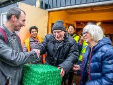 Pater Poels deelt, nog één keer, 250 kerstpakketten uit aan de dak- en thuislozen