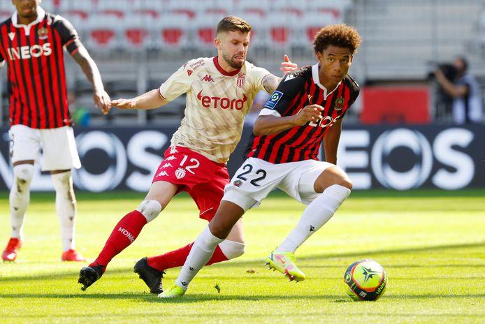 Calvin Stengs (r) in actie namens OGC Nice tegen AS Monaco.