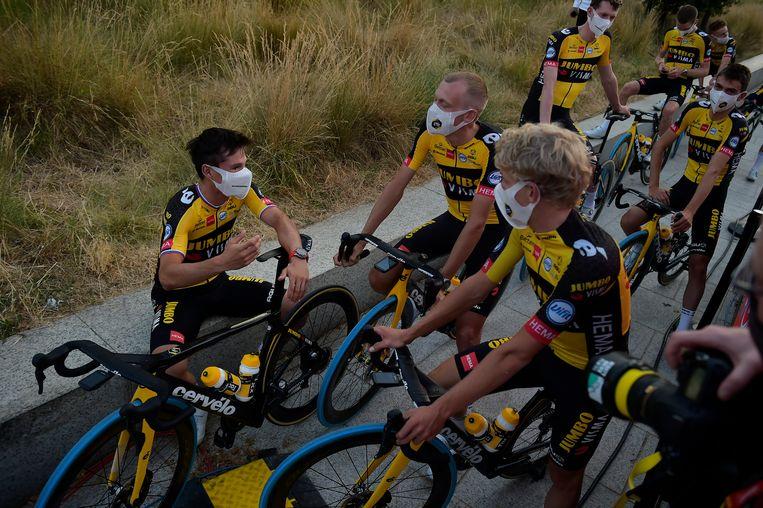 Primoz Roglic, de topfavoriet voor de Vuelta, tussen zijn ploegmaten. Beeld AP