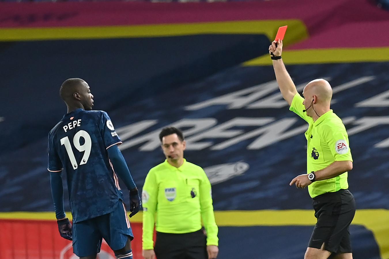 Nicolas Pepe krijgt rood van Anthony Taylor.
