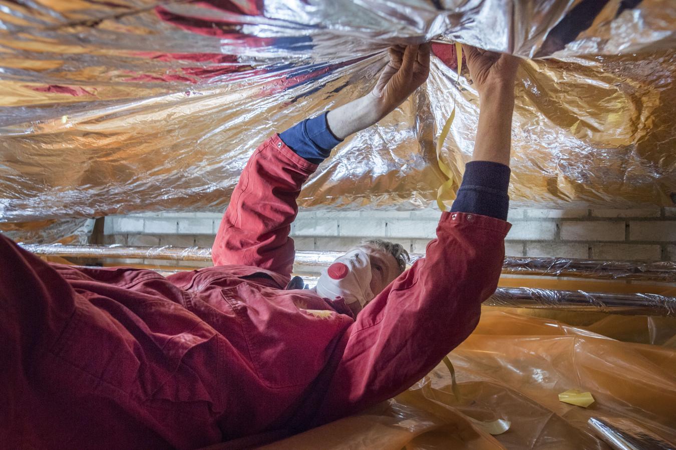 Het isoleren van de vloer vanuit de kruipruimte is een van de maatregelen die huiseigenaren kunnen nemen om hun energierekening omlaag te brengen. De investering kan rekenen op subsidie van de rijksoverheid.