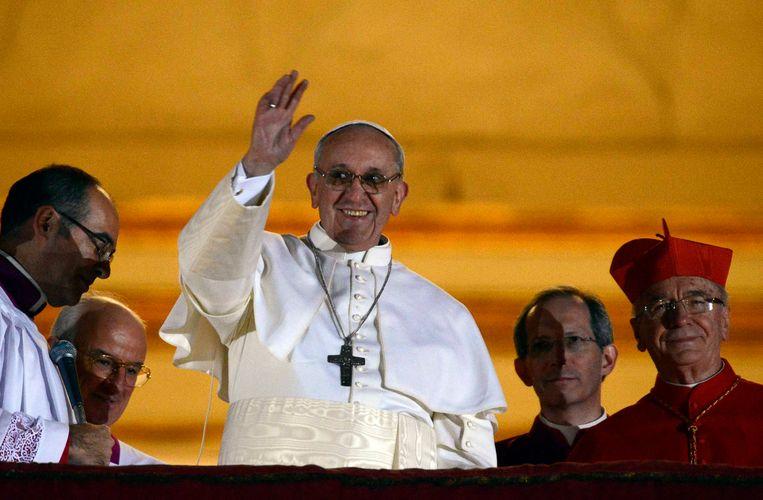 Het debuut van paus Franciscus op het middenbalkon van de Sint-Pieter die avond van 13 maart 2013, was hartveroverend. Beeld REUTERS