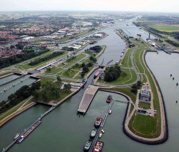 Het sluizencomplex in Terneuzen, met van links naar rechts de Oostlsuis, de Middensluis en de Westsluis.
