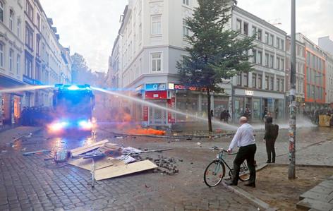 Foto van Waarom deze historicus steevast opduikt op de relfoto's uit Hamburg
