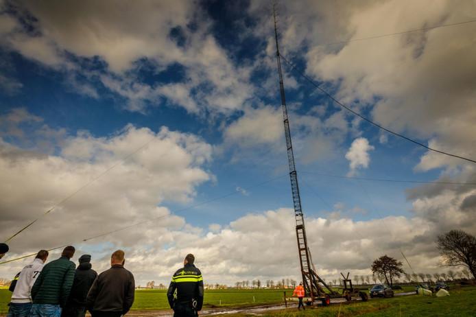 Een van de zendmasten die werd neergehaald tijdens de grootschalige actie in het buitengebied van Staphorst en Nieuwleusen.
