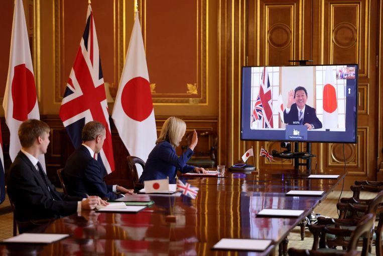 De Britse minister van Internationale Handel Liz in een videogesprek met de Japanse minister van Buitenlandse Zaken Motegi Toshimitsu. Beeld EPA
